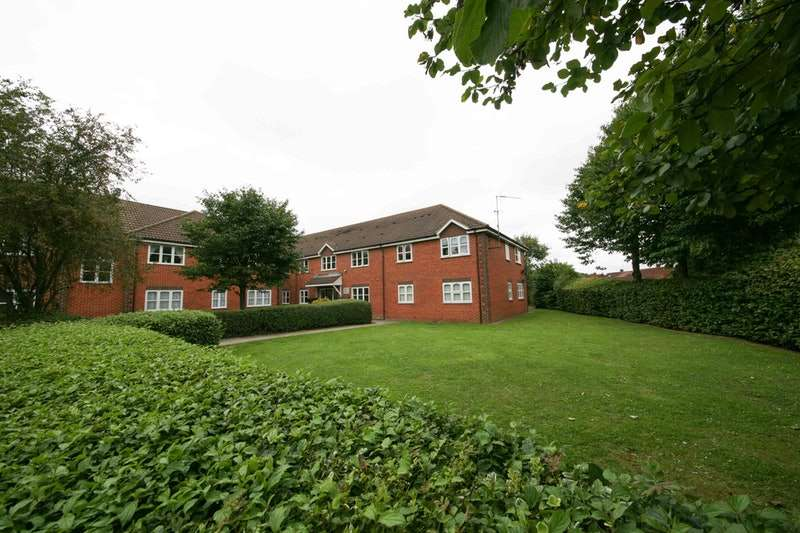 2 Bedrooms Flat for sale in Goulds Green, Uxbridge, Middlesex, UB8