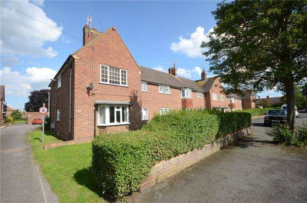 2 Bedrooms Apartment Flat for sale in Queens Close, Old Windsor, Windsor