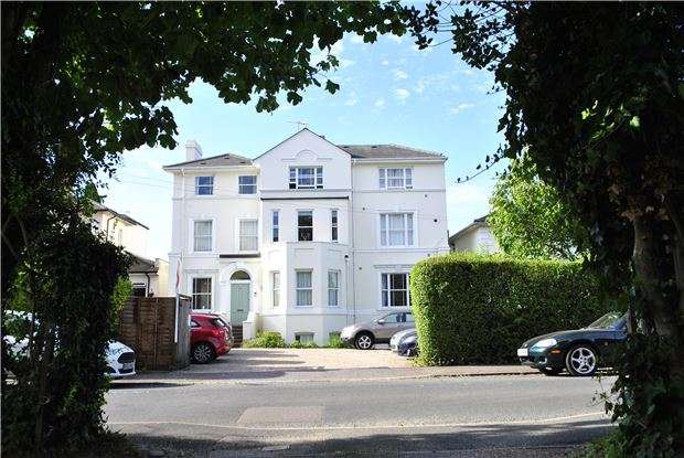 2 Bedrooms Flat for sale in Park Road, Southborough, TUNBRIDGE WELLS, Kent, TN4 0NX