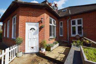 2 Bedrooms Flat for sale in High Street, Heathfield, East Sussex