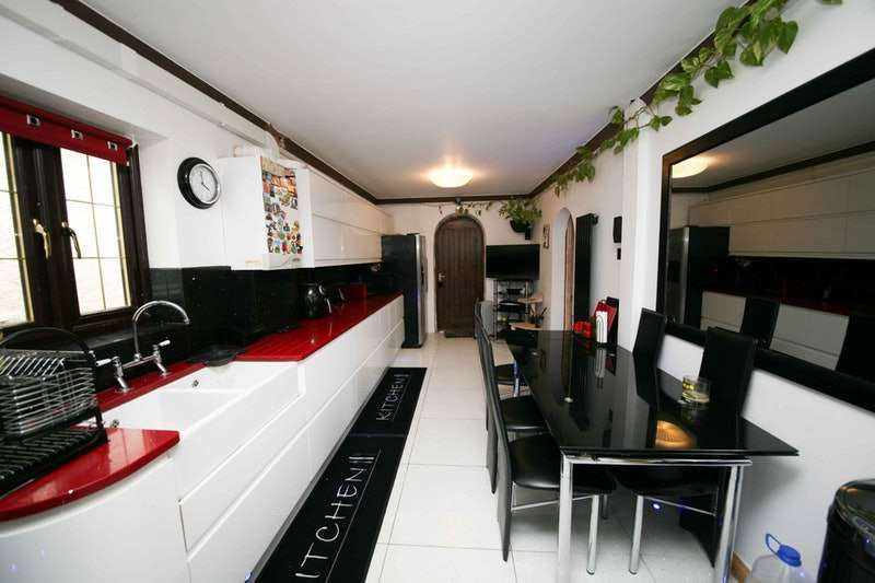 2 Bedrooms Bungalow for sale in Eastcote Lane, Northolt, Middlesex, UB5