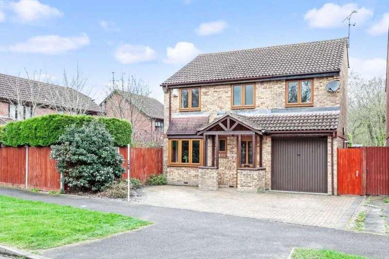 4 Bedrooms Detached House for sale in Castlewood, Southwater