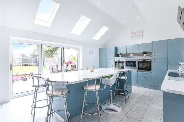 4 Bedrooms Semi Detached Bungalow for sale in Fosters Lane, Woodley, Reading