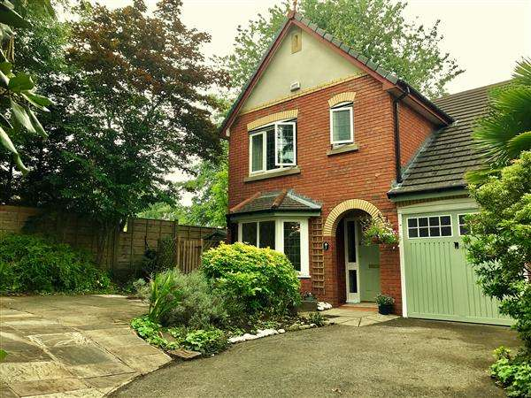 3 Bedrooms Detached House for sale in Rotherhead Drive, Macclesfield
