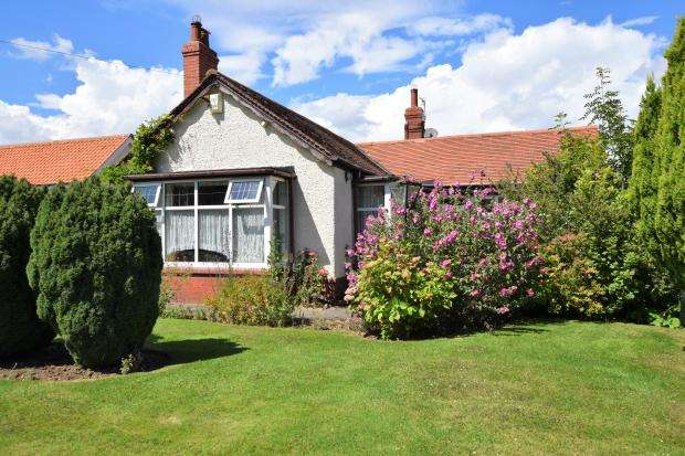 4 Bedrooms Detached Bungalow for sale in Scalby Mills Road, Northside, Scarborough, North Yorkshire YO12 6RW
