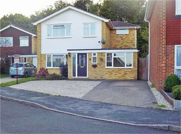 4 Bedrooms Detached House for sale in Ashdown Close, Haywards Heath, West Sussex