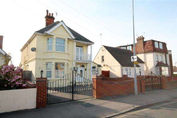 4 Bedrooms House for sale in Wash Lane, Clacton on Sea