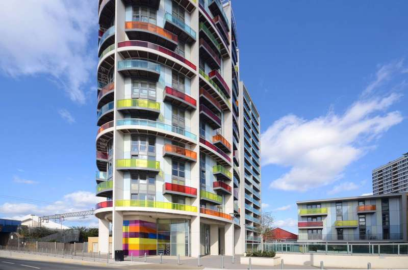 2 Bedrooms Flat for sale in Warton Road, Stratford, E15