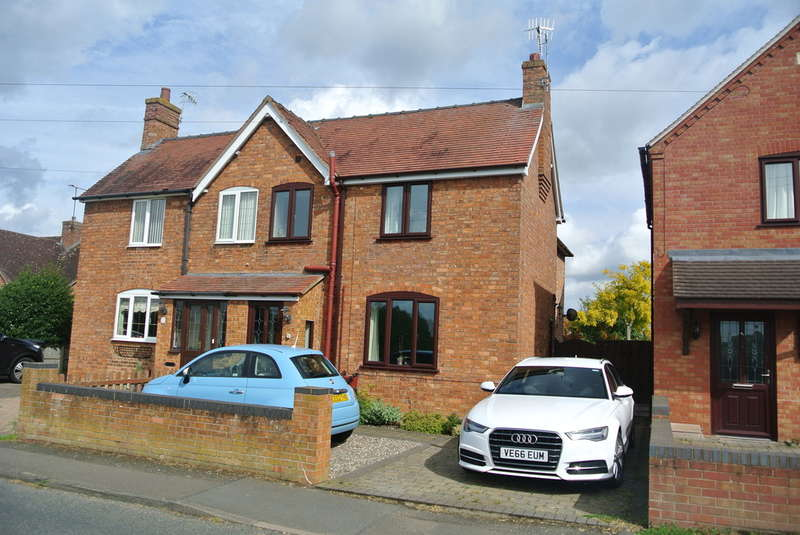 3 Bedrooms Semi Detached House for sale in Manor Road, Wickhamford