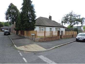 2 Bedrooms Detached Bungalow for sale in Chelmsford Road, Nottingham, NG7 7EJ