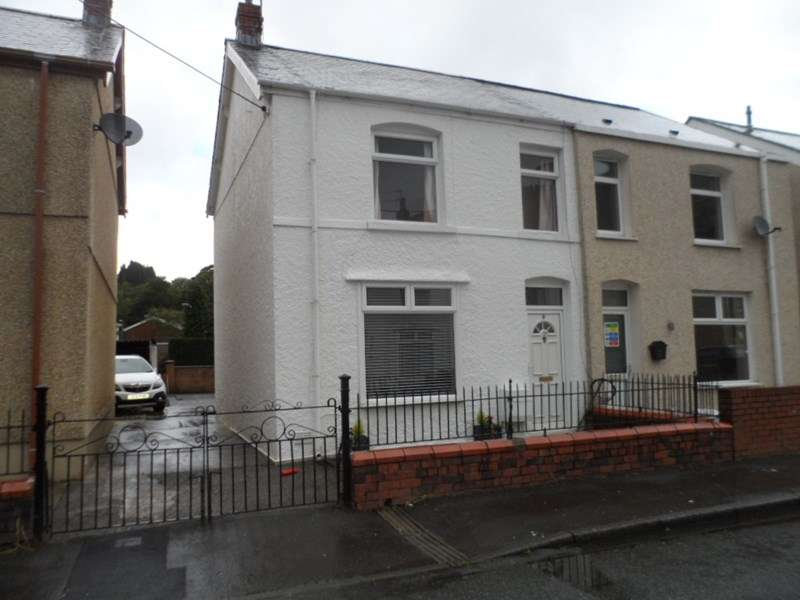 3 Bedrooms Semi Detached House for sale in Varteg Road, Ystalyfera, Swansea