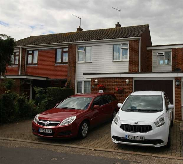 4 Bedrooms Terraced House for sale in Holecroft, Waltham Abbey, Essex