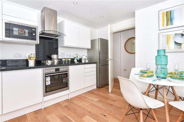 3 Bedrooms Apartment Flat for sale in London Road, High Wycombe