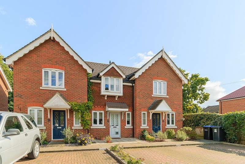2 Bedrooms Terraced House for sale in New Haw