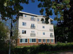 2 Bedrooms Flat for sale in Hildenbrook House, The Slade, Tonbridge