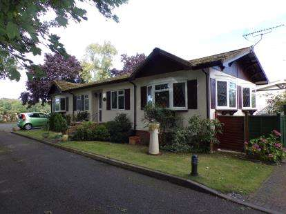 3 Bedrooms Bungalow for sale in The Green, Pavenham Park, Pavenham, Bedford