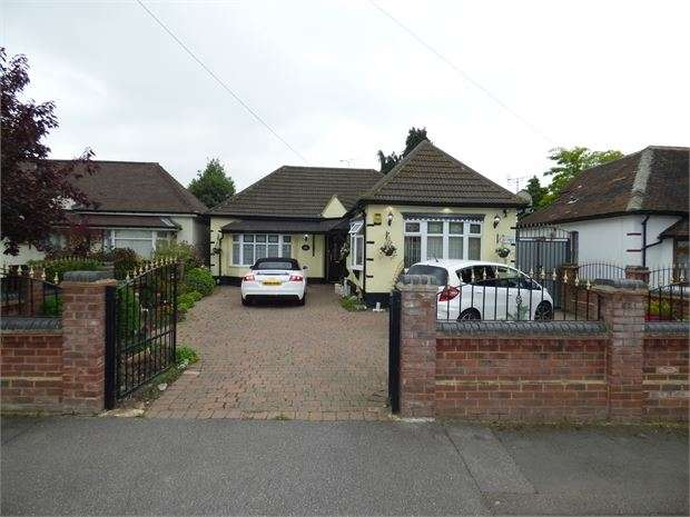 4 Bedrooms Detached Bungalow for sale in Haynes Road, Hornchuch, Hornchuch, RM11 2HX