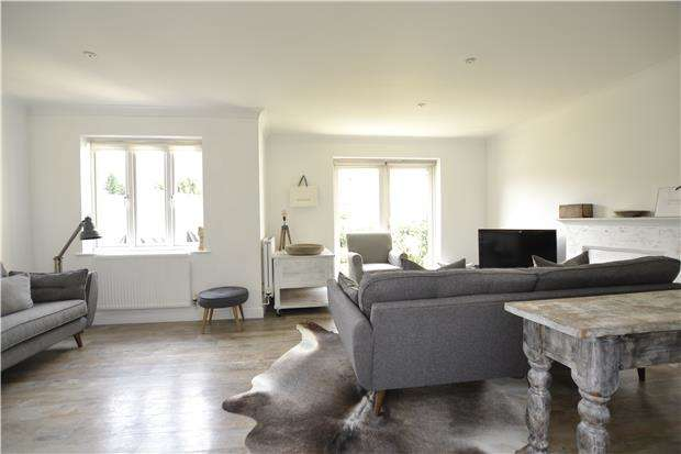 3 Bedrooms End Of Terrace House for sale in Walnut Close, WITNEY, OX28 5XH