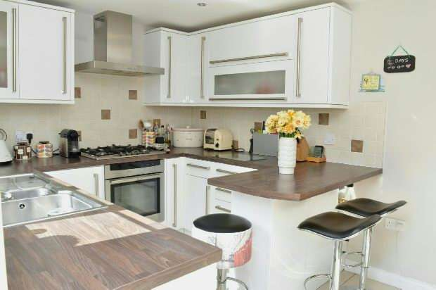3 Bedrooms Terraced House for sale in Padley Close, Chessington