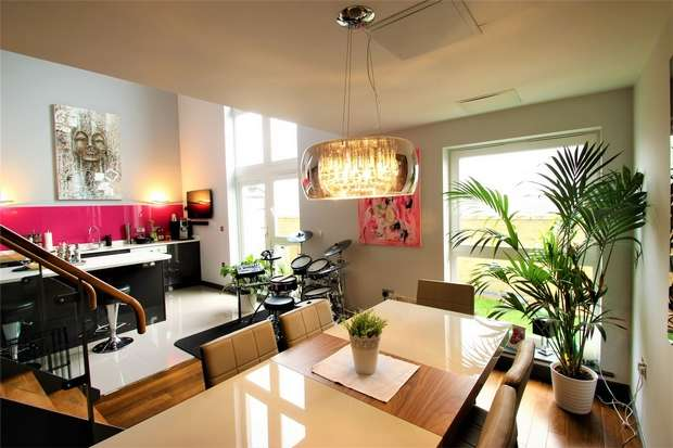 3 Bedrooms Flat for sale in Metropolitan Station Approach, Watford, Hertfordshire