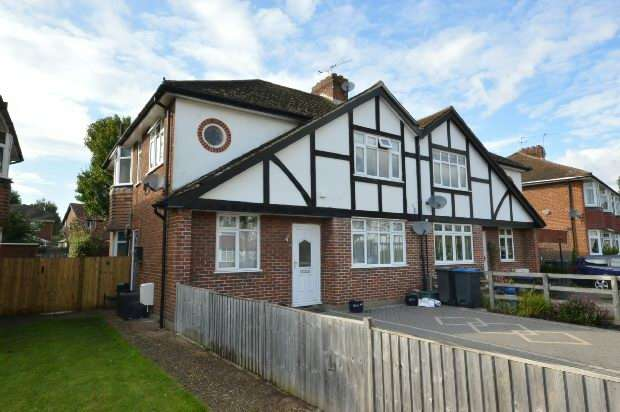 2 Bedrooms Maisonette Flat for sale in Cheshire Gardens, Chessington