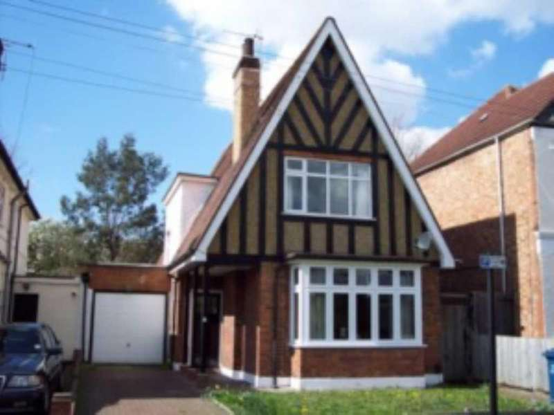 5 Bedrooms House for sale in Montgomery Road, Edgware, HA8