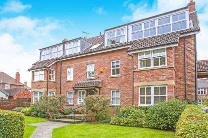 2 Bedrooms Flat for sale in Lakeside Court, Mayfield Grove, York
