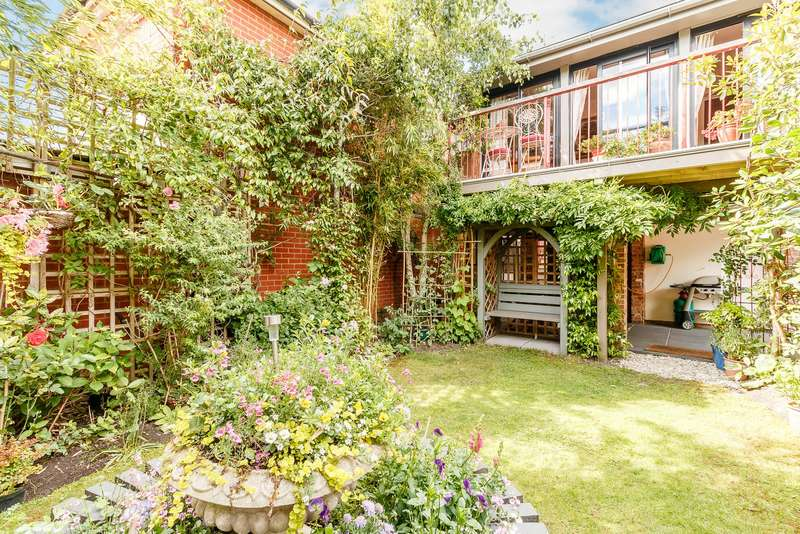 3 Bedrooms Apartment Flat for sale in Horsell