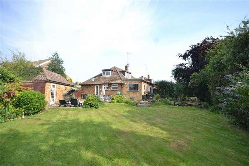 3 Bedrooms Semi Detached Bungalow for sale in Field Close, Abridge, Essex