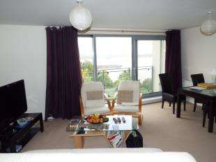 2 Bedrooms Flat for sale in Hill House, Defence Close, London
