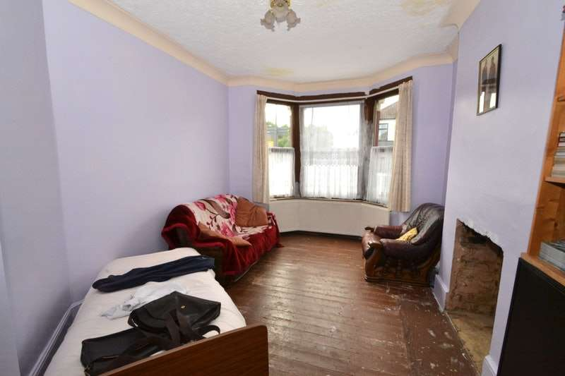 2 Bedrooms End Of Terrace House for sale in Westwood Road, Ilford, Essex, IG3
