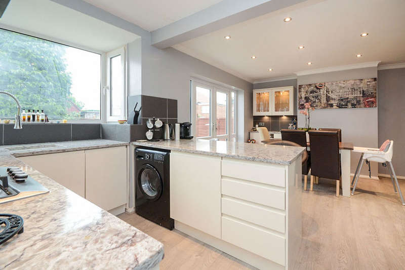 3 Bedrooms Semi Detached House for sale in Farndale Avenue, York, YO10