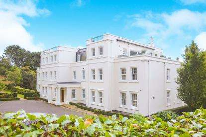 3 Bedrooms Flat for sale in Fallibroome House, 68 Macclesfield Road, Prestbury, Cheshire
