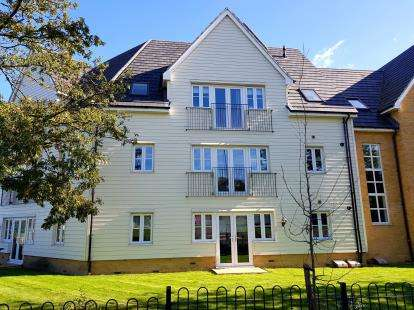 2 Bedrooms Flat for sale in 44 Whitworth Avenue, Harold Hill, Romford