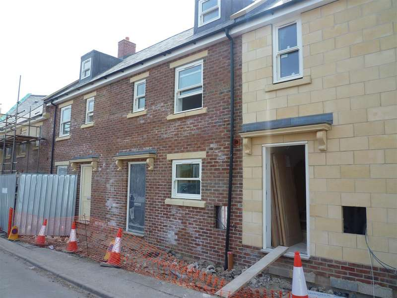 3 Bedrooms Terraced House for sale in Adcroft Drive, Trowbridge