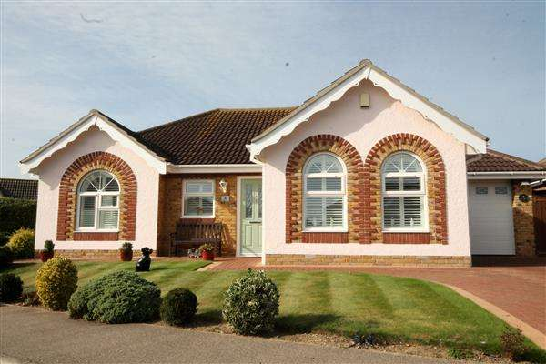 3 Bedrooms Bungalow for sale in Highlands Park, Great Clacton