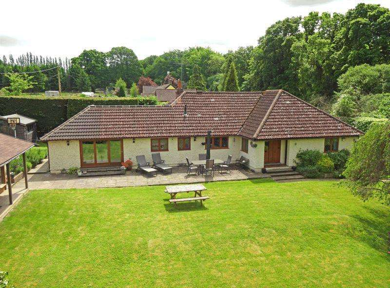 3 Bedrooms Bungalow for sale in Between HEADLEY CHURT
