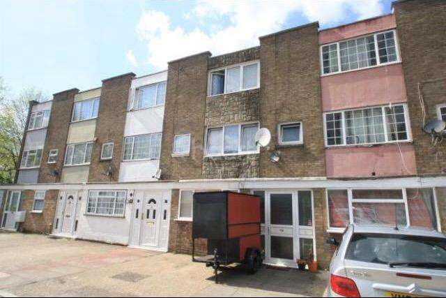 4 Bedrooms House for rent in Llavor Road, Southall, UB1
