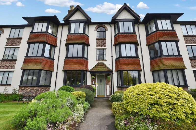 2 Bedrooms Ground Flat for sale in Forest Court, Snaresbrook