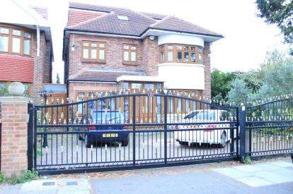 5 Bedrooms End Of Terrace House for sale in Clayhall, Ilford, Essex
