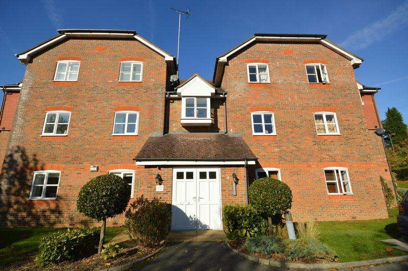 2 Bedrooms Ground Flat for sale in Royal Huts Avenue, Hindhead