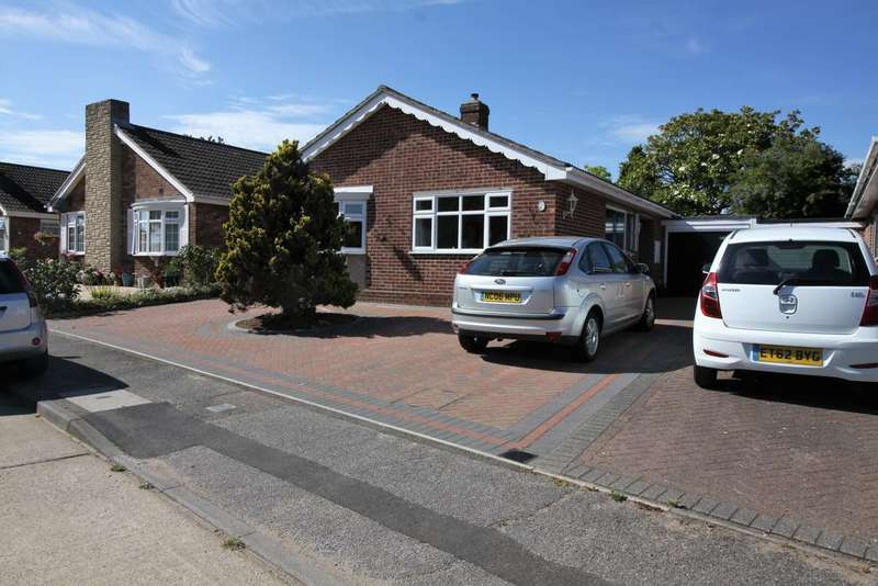 2 Bedrooms Detached Bungalow for sale in Nightingale Way, Clacton-on-Sea CO15