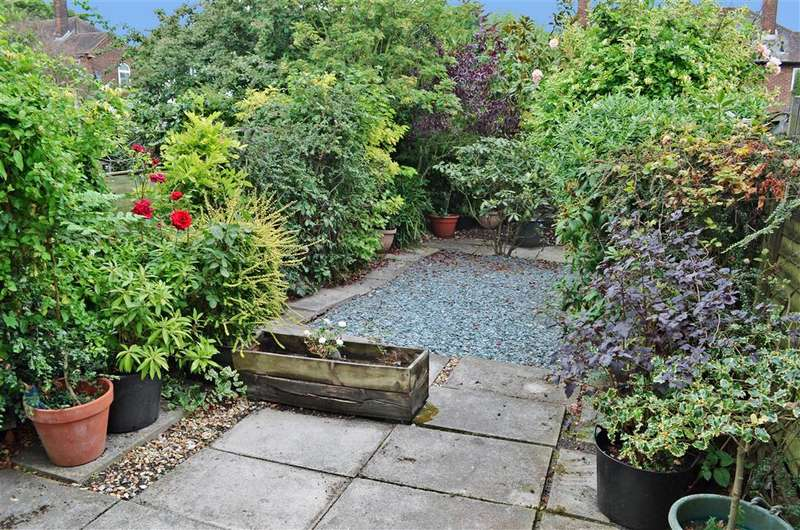 2 Bedrooms Terraced House for sale in Long Green, Chigwell, Essex