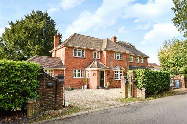4 Bedrooms Detached House for sale in Chandlers Lane, Yateley, Hampshire