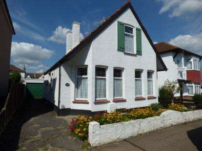 3 Bedrooms Detached House for sale in Westcliff-On-Sea, Essex, England