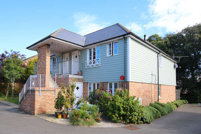 2 Bedrooms Flat for sale in Holm Oaks, South Street, Pennington, Lymington, Hampshire