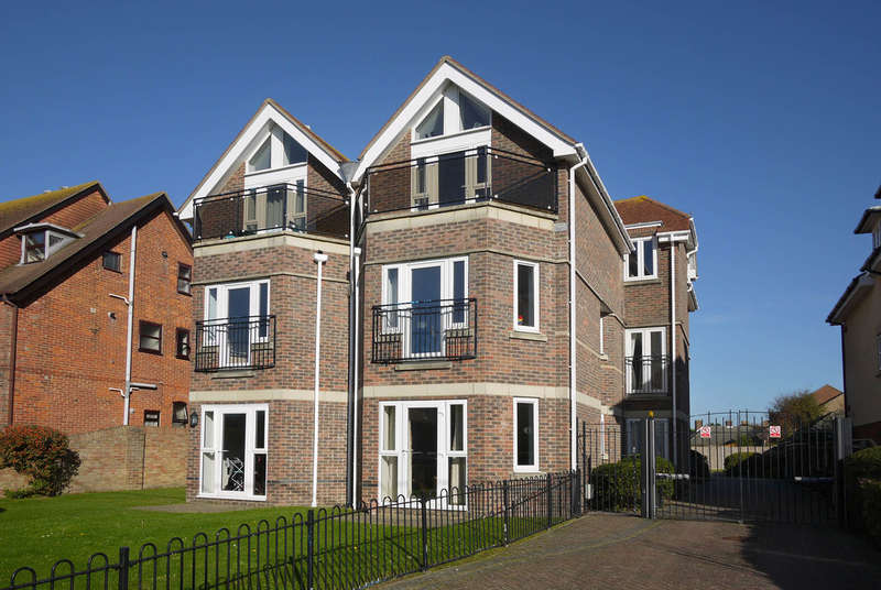 3 Bedrooms Flat for sale in Janine Court, Keyhaven Road, Milford on Sea, Lymington, Hampshire