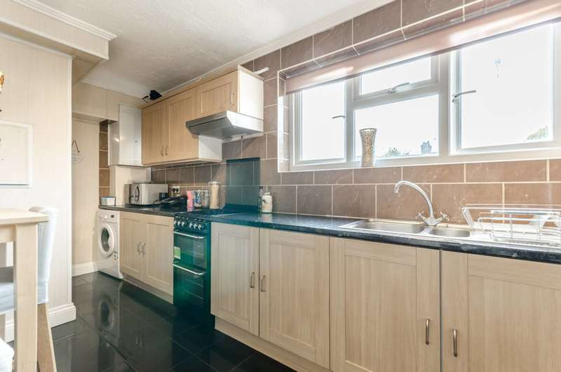3 Bedrooms Flat for sale in Mountfield Road, East Ham, E6