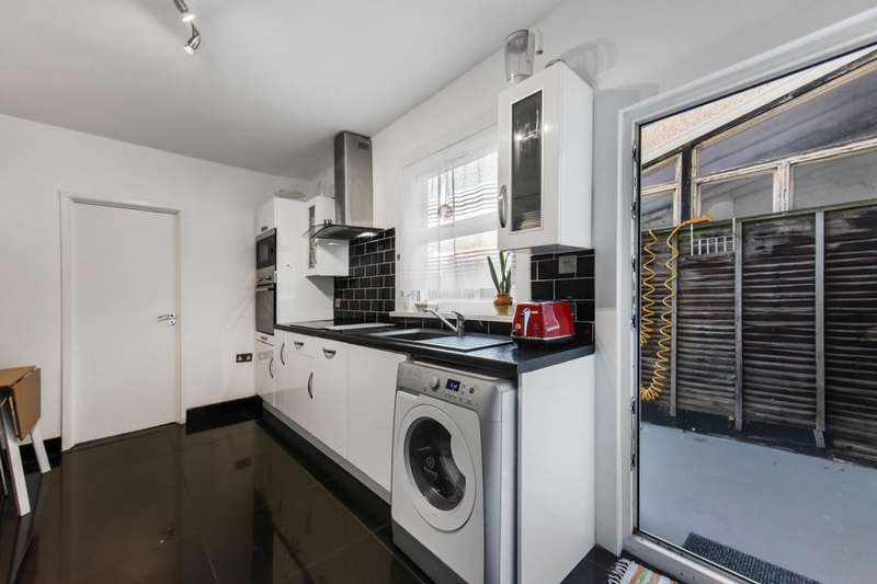 2 Bedrooms Flat for sale in Dunedin Road, London E10
