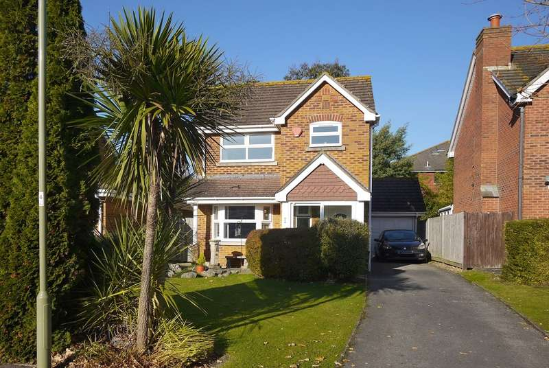 3 Bedrooms Detached House for sale in Vitre Gardens, Lymington, Hampshire
